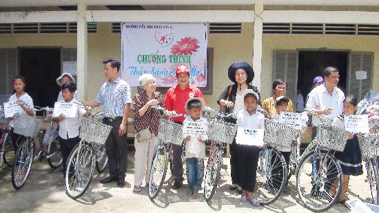 Đoàn từ thiện Thành phố Hồ Chí Minh tặng xe đạp và quà cho học sinh tại huyện Cầu Ngang và Châu Thành