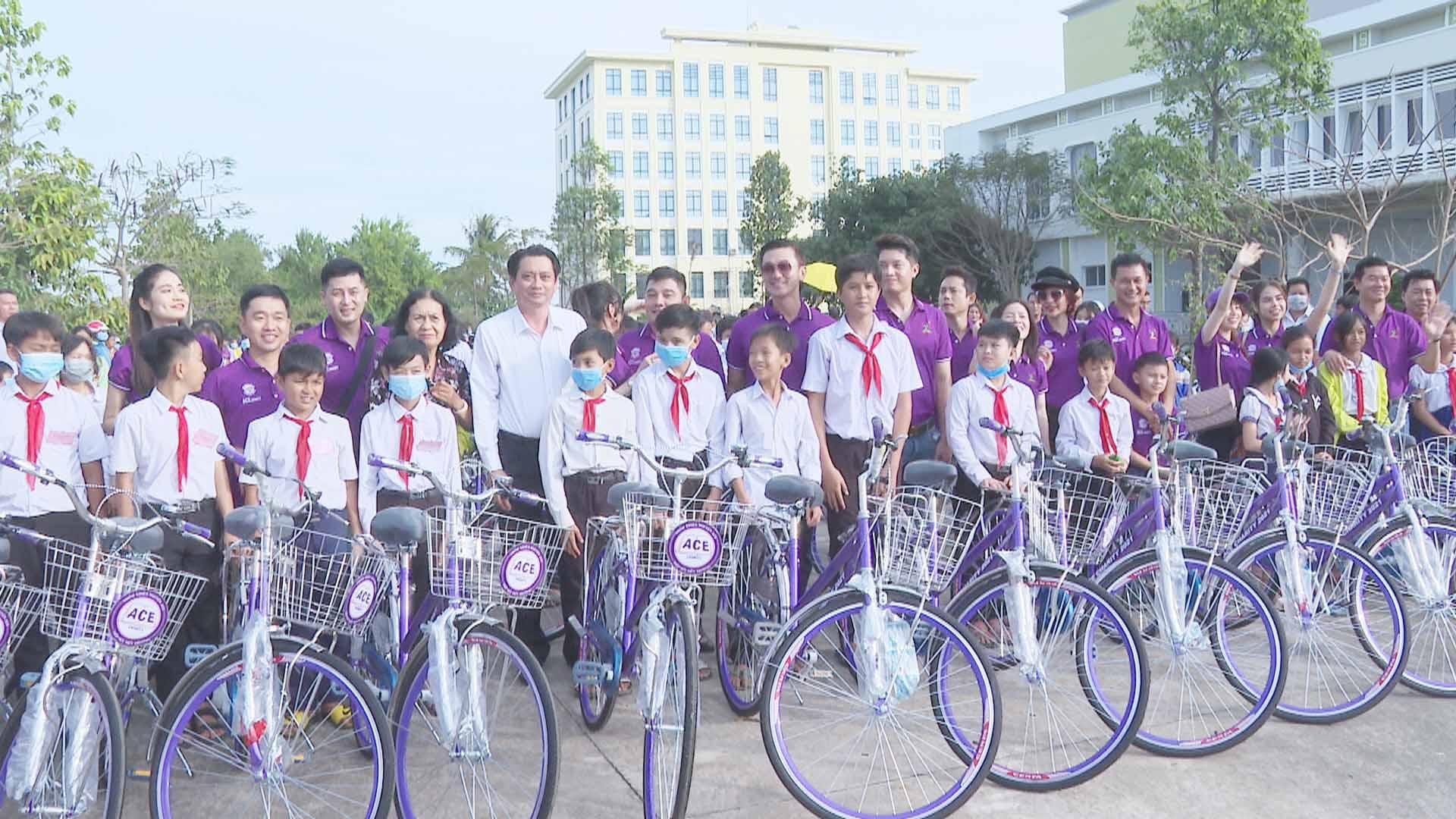 Câu lạc bộ ACE CHARITY trao 308 xe đạp cho học sinh vượt khó học giỏi tỉnh Trà Vinh