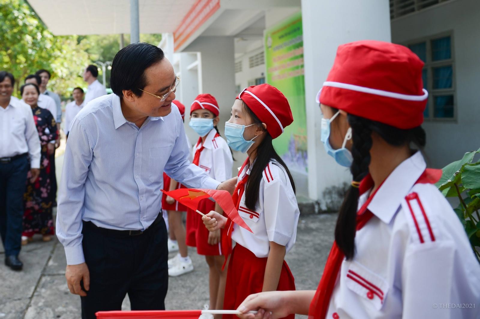 Bộ trưởng Phùng Xuân Nhạ thăm một số cơ sở giáo dục tại Trà Vinh