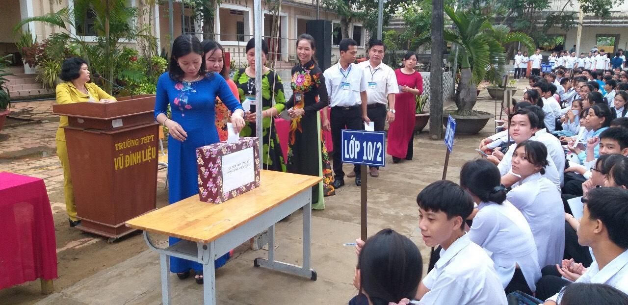 Hoạt động quyên góp hỗ trợ đồng bào miền trung của trường THPT Vũ Đình Liệu.