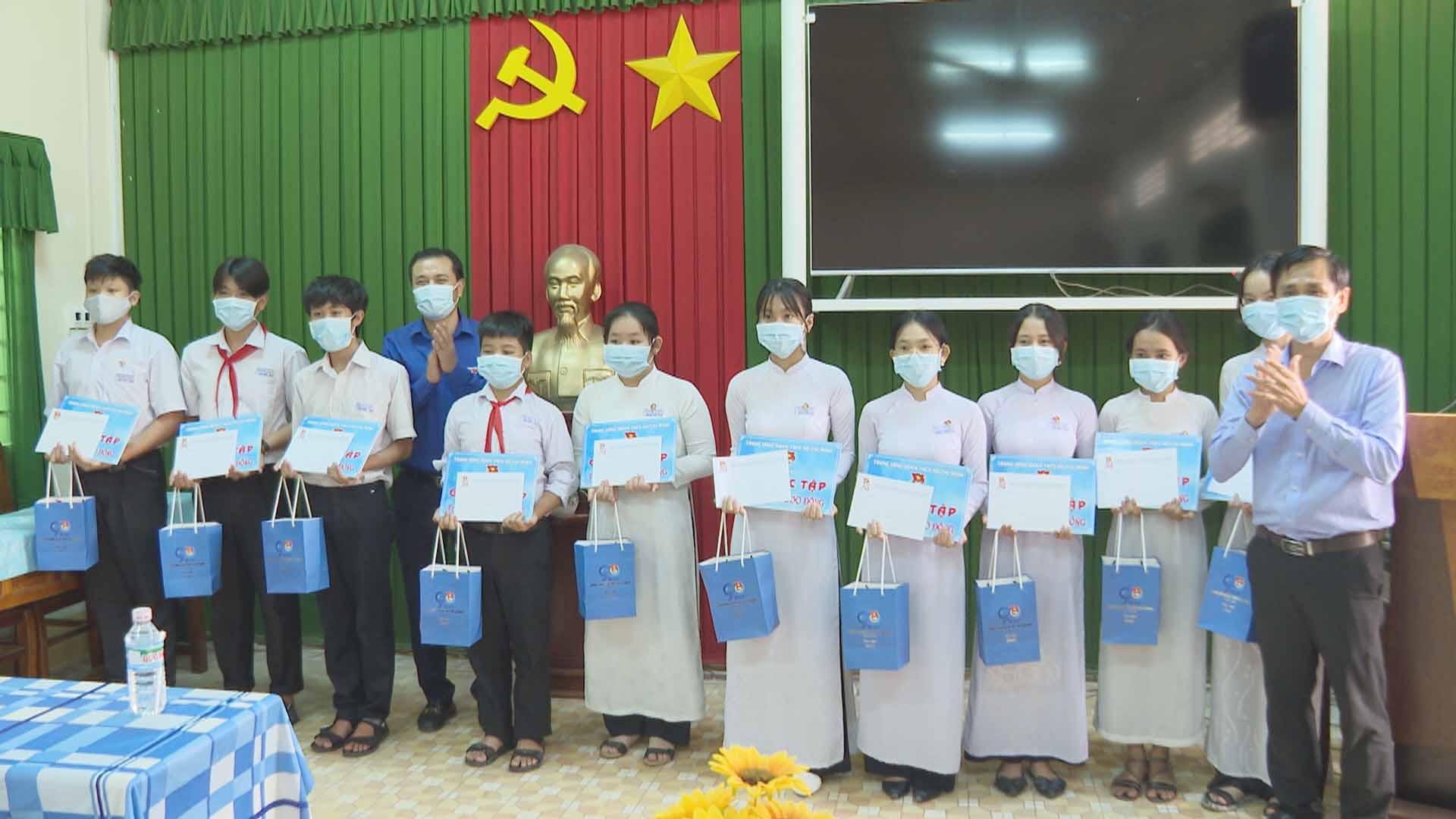 Trung ương Đoàn thăm tặng quà, góc học tập các em học sinh khó khăn học giỏi trên địa bàn Thành phố Trà Vinh