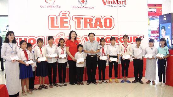 Lễ trao học bổng Vingroup dành cho học sinh, sinh viên nghèo học giỏi