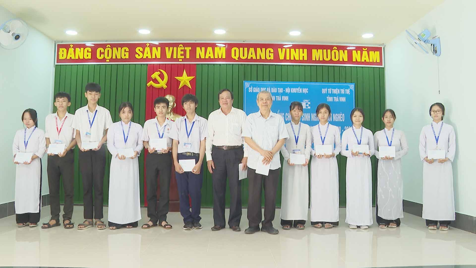 Quỹ Từ thiện Trí tuệ tỉnh Trà Vinh trao học bổng cho học sinh nghèo, cận nghèo đầu năm học 2020 – 2021