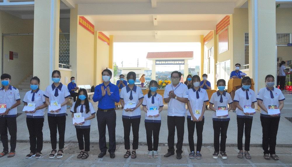Trung ương Đoàn TNCS Hồ Chí Minh dành nhiều hoạt động thăm và tặng quà cho học sinh và nhân dân trên địa bàn tỉnh Trà Vinh