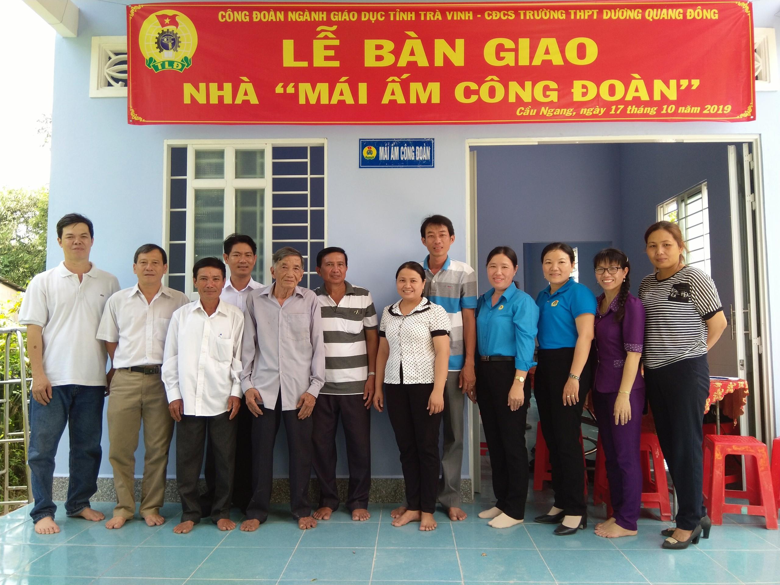"""Công đoàn ngành giáo dục bàn giao nhà """"Mái ấm công đoàn"""" cho Đoàn viên Trường THPT Dương Quang Đông"""